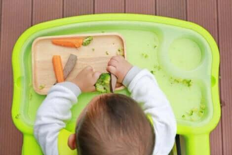 Μωρό τρώει λαχανικά