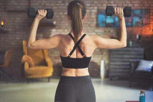 Οι καλύτερες ασκήσεις για την πλάτη με βαράκια