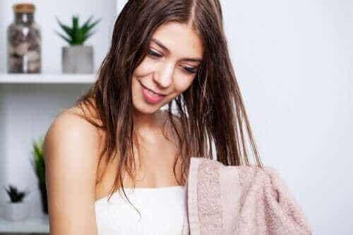 Οι καλύτερες συμβουλές για να λούζετε τα λιπαρά μαλλιά