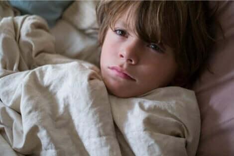 Παιδί ξαπλωμένο στο κρεβάτι