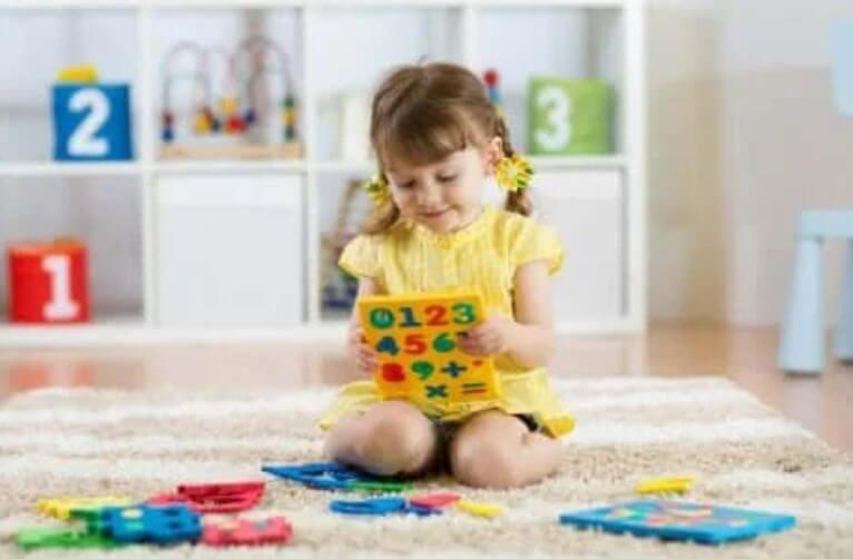 παιδί παίζει