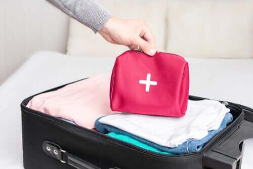 Πώς να φτιάξετε ένα κιτ πρώτων βοηθειών ταξιδιού