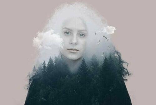 Πρόσωπο γυναίκας, δάσος, και σύννεφα