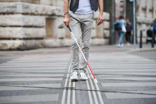 Τυφλό άτομο διασχίζει το δρόμο