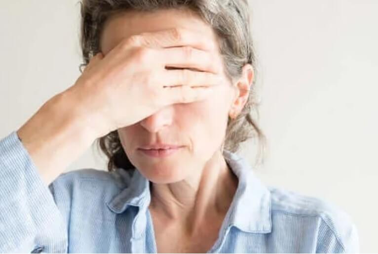 Ξηρά μάτια κατά την εμμηνόπαυση: Γιατί συμβαίνει;