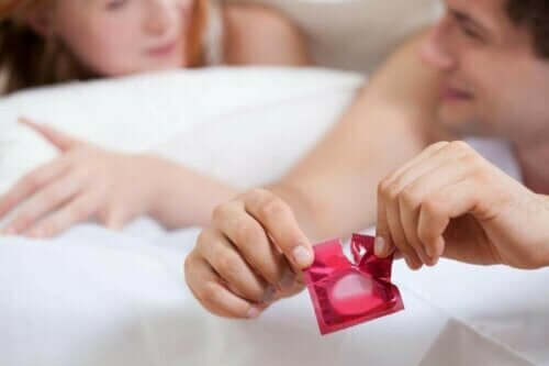 Άνδρας ανοίγει προφυλακτικό και ορμονικά αντισυλληπτικά