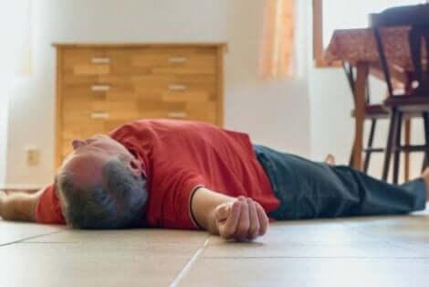 Άνδρας στο πάτωμα χωρίς τις αισθήσεις του