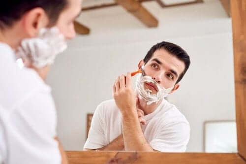 Άνδρας ξυρίζεται