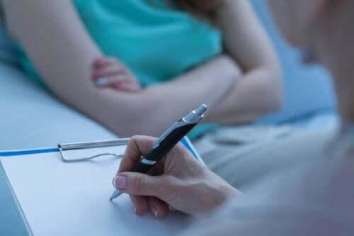 Άτομο γράφει σε σημειωματάριο