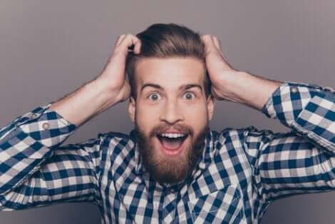 Χαρούμενος άνδρας με γένια