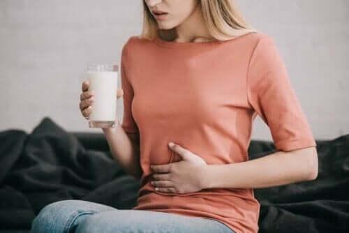 Γυναίκα με δυσανεξία στη λακτόζη κρατά ποτήρι με γάλα