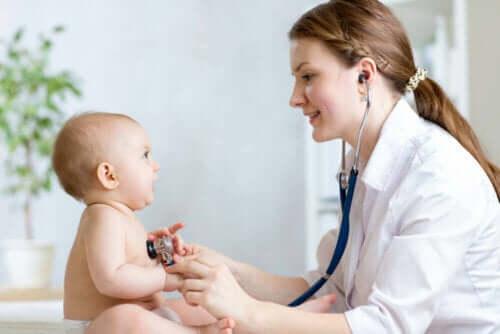 Γιατρός εξετάζει μωρό-νόσος Καβασάκι