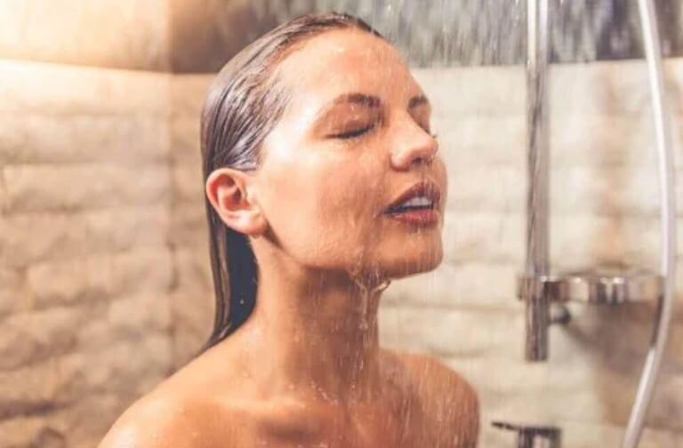 γυναίκα σε μπάνιο