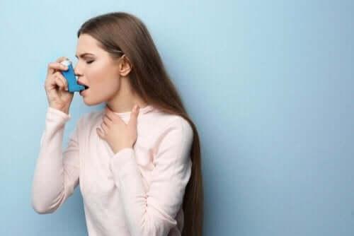 Γυναίκα χρησιμοποιεί εισπνευστήρα