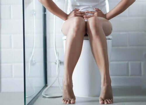 Γυναίκα κάθεται σε τουαλέτα