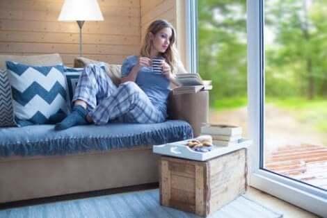 Γυναίκα διαβάζει βιβλίο
