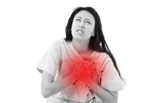 Γυναίκα πιάνει την καρδιά της
