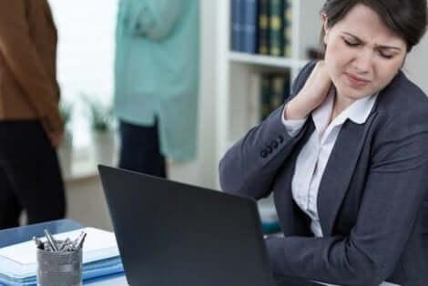 Γυναίκα στη δουλειά πιάνει τον αυχένα της
