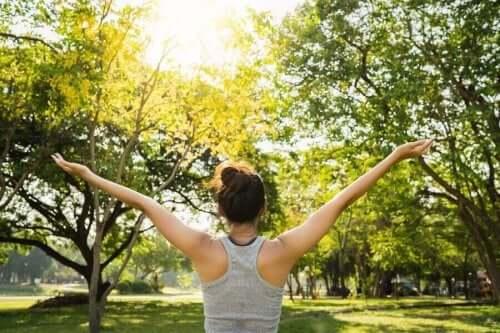 Γυναίκα στο πάρκο ανοίγει τα χέρια της