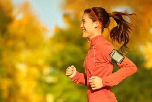 Γυναίκα τρέχει ακούγοντας μουσική