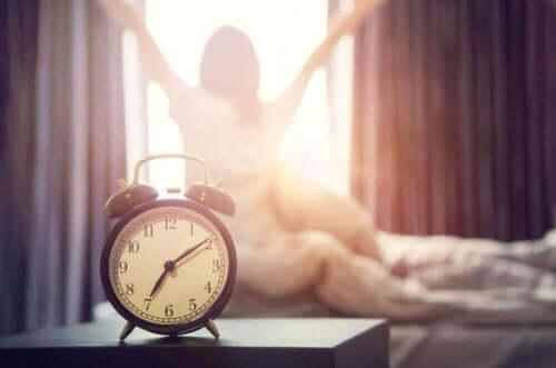 Γυναίκα ξυπνά νωρίς το πρωί