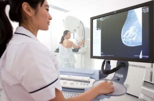 Γυναίκα υποβάλλεται σε μαστογραφία
