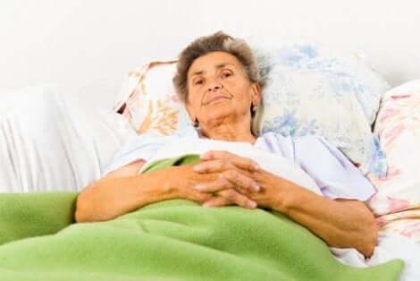 Ηλικιωμένη γυναίκα ξαπλωμένη