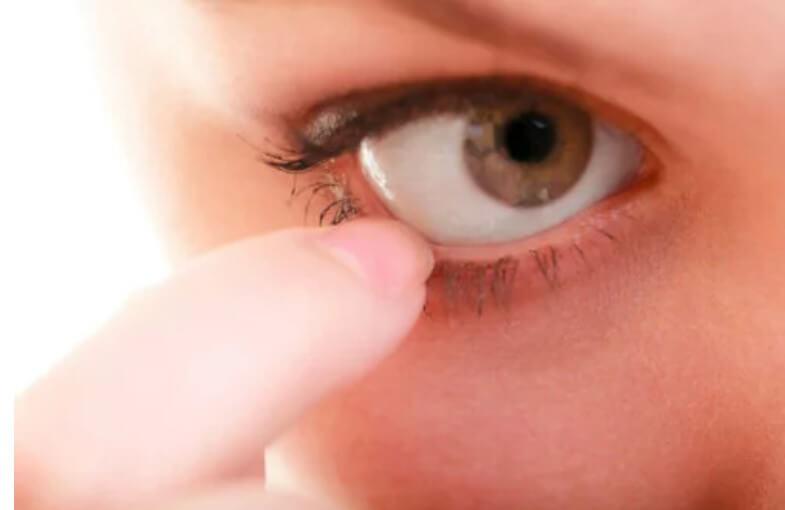 χέρι στο μάτι