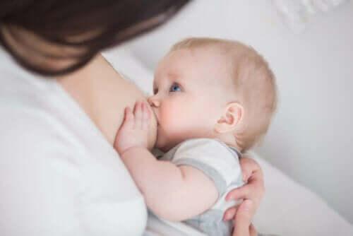 Μωρό θηλάζει- Θηλασμός και επιληψία