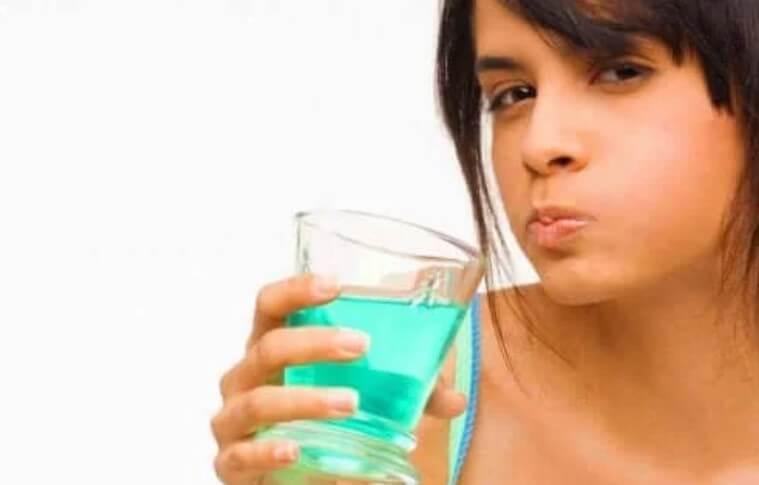 γυναίκα με στοματικό διάλυμα