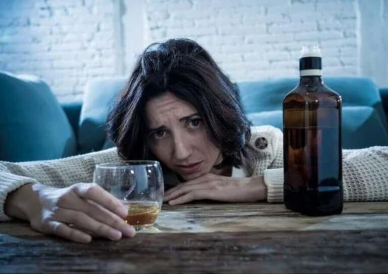 γυναίκα που πίνει