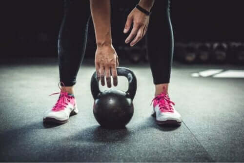 Άτομο κάνει άσκηση με kettlebell
