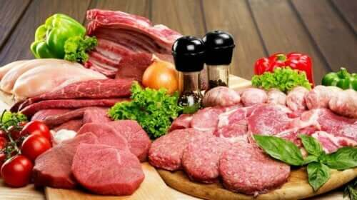 Διάφορα ωμά κρέατα πάνω σε σανίδες κοπής