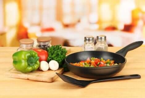 Διάφορα υγιεινά τρόφιμα και τηγάνι