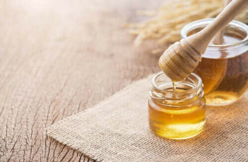 Δύο δοχεία με μέλι