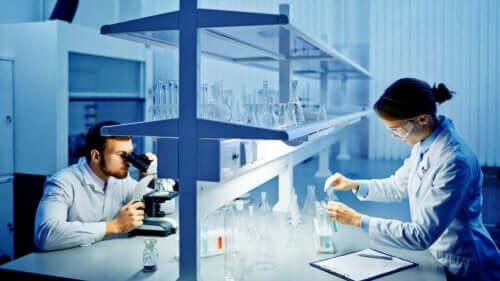 Δύο τεχνικοί εργαστηρίου εργάζονται