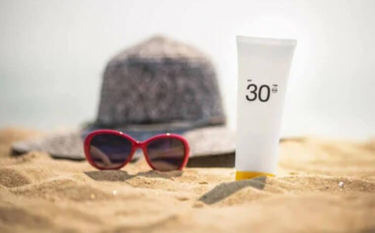 αντηλιακό στην άμμο