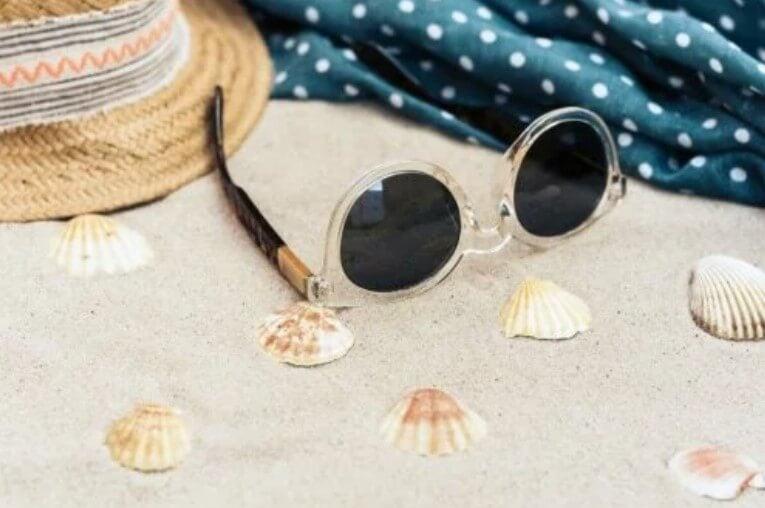 γυαλιά ηλίου στην άμμο
