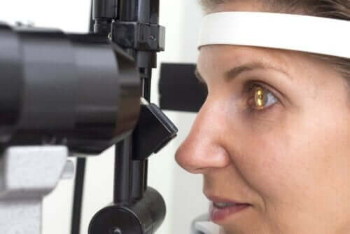 Γυναίκα εξετάζεται από οφθαλμίατρο
