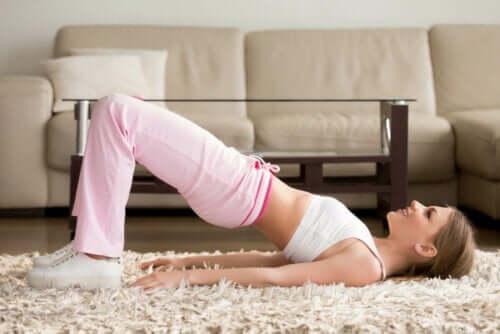 Γυναίκα κάνει άσκηση για τη σκολίωση