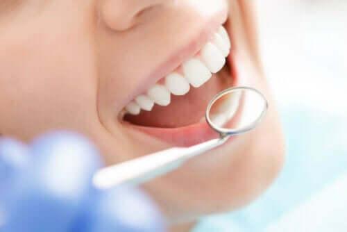 Γυναίκα κάνει έλεγχο των δοντιών της
