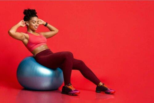 Γυναίκα κάνει ροκανίσματα σε μπάλα pilates