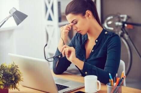 Γυναίκα με σκυμμένο το κεφάλι στο γραφείο