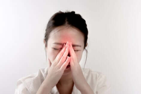 Γυναίκα με τα χέρια μπροστά στη μύτη της