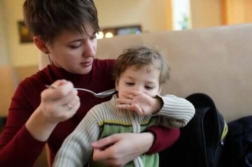 Γυναίκα προσπαθεί να ταΐσει παιδί