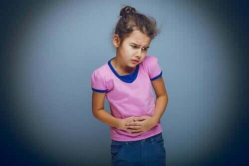 Κοριτσάκι πιάνει το στομάχι του