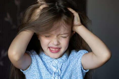 Κοριτσάκι ξύνει το κεφάλι του