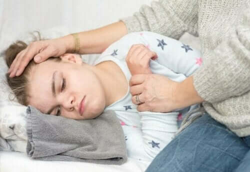 Μαμά πιάνει το μέτωπο παιδιού