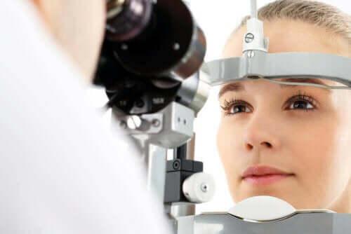Οφθαλμίατρος εξετάζει γυναίκα