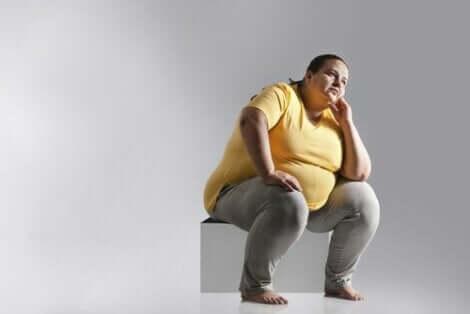 Παχύσαρκη γυναίκα κάθεται